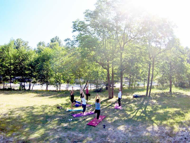 Activité yoga prise par un drone