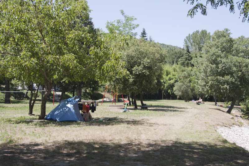 Petite tente de plage en plaine