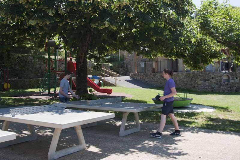 table de ping-pong ombragée