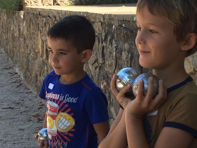 enfants avec boules de pétanque