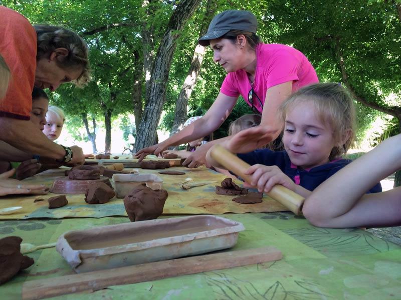 groupe apprenant la poterie