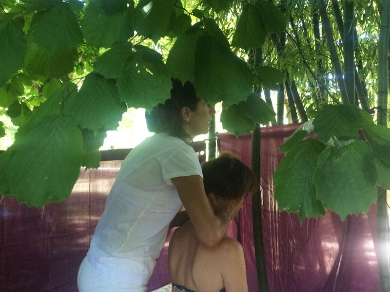 massage sous les arbres