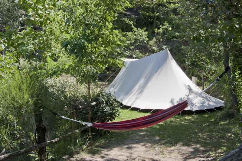 Tente et hamac en colline